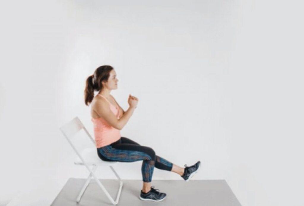 """""""Otururken ayaklarınızın parmak uçlarına basarak topuklarınızı havaya kaldırın. 10 saniye boyunca bu şekilde tutun ve bırakın. Daha sonra parmaklarınızı yukarı doğru kaldırın."""""""
